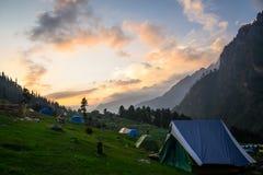 El acampar en las montañas Fotografía de archivo