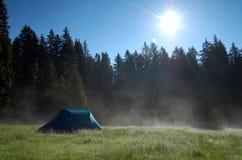 El acampar en las montañas Imágenes de archivo libres de regalías