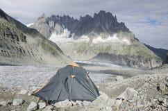 El acampar en las montañas francesas Foto de archivo libre de regalías