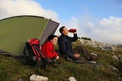 El acampar en las montañas por la tarde Foto de archivo libre de regalías