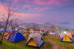 El acampar en montañas Foto de archivo