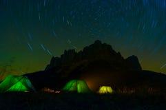 El acampar en montañas Imagen de archivo