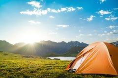 El acampar en montañas Foto de archivo libre de regalías