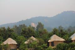 El acampar en selva imagen de archivo libre de regalías