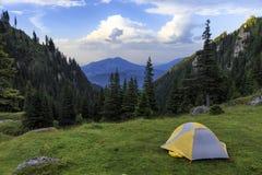 El acampar en tienda en las montañas fotos de archivo libres de regalías
