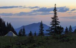 El acampar en tienda en las montañas imagen de archivo