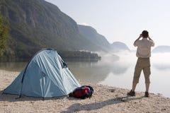 El acampar en un lago de la montaña Foto de archivo libre de regalías