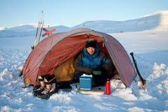 El acampar en un viaje backcountry en el Kungsleden Foto de archivo