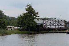 El acampar en una orilla del lago Imagen de archivo libre de regalías