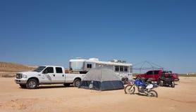El acampar en una playa arenosa en el desierto Foto de archivo libre de regalías