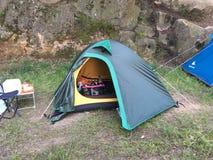 El acampar en una tienda Imágenes de archivo libres de regalías