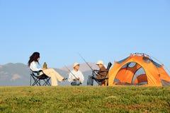 El acampar feliz de la familia Imágenes de archivo libres de regalías