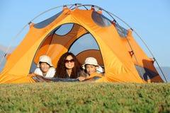 El acampar feliz de la familia Fotos de archivo libres de regalías