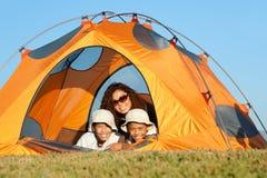 El acampar feliz de la familia Fotografía de archivo