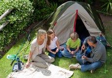 El acampar feliz de la familia Fotografía de archivo libre de regalías