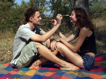 El acampar joven divertido de los pares Imágenes de archivo libres de regalías
