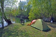 El acampar por el lago Fotos de archivo