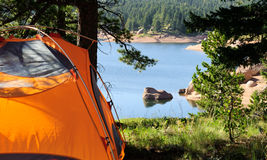 El acampar por el lago en Colorado fotografía de archivo