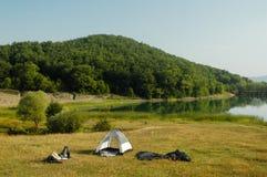 El acampar por la orilla del lago Imagenes de archivo