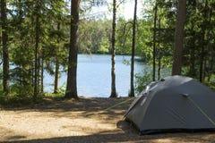 El acampar por primera vez con una tienda Foto de archivo