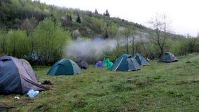 El acampar turístico por mañana almacen de video