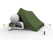 El acampar, vacaciones: hombre crowling hacia fuera de la tienda