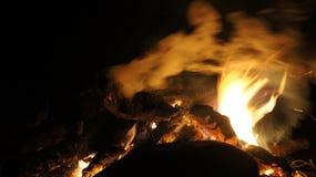 El acampar y fuego Imagenes de archivo