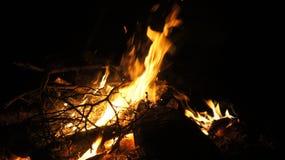 El acampar y fuego Fotografía de archivo