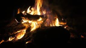 El acampar y fuego Fotos de archivo