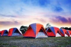 El acampar y las tiendas coloridas encima de la montaña viajan en vacaciones Fotografía de archivo libre de regalías