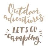 El acampar y letras al aire libre Foto de archivo