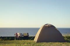 El acampar y mar Fotos de archivo