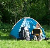 El acampar y tecnología Imágenes de archivo libres de regalías