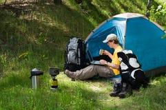 El acampar y tecnología Fotos de archivo libres de regalías