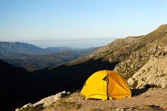 El acampar y tienda en montañas Imagenes de archivo