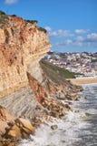 El acantilado en la costa de Océano Atlántico en la costa costa de Nazare imágenes de archivo libres de regalías