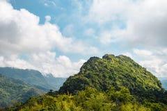 El acantilado que hace frente hacia fuera al cielo Foto de archivo libre de regalías
