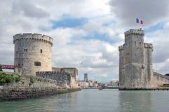 El acceso viejo de La Rochelle (Francia) visto del océano Imagenes de archivo