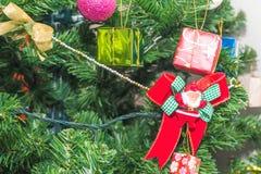 El accesorio hermoso adornó el árbol de navidad, chispear y a la hada Fotografía de archivo libre de regalías