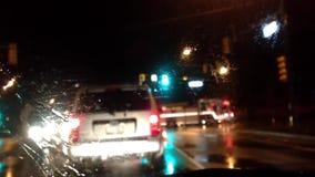 El accidente de tráfico sucedió en el camino con llover día almacen de metraje de vídeo