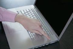 El accionar con./desc. un ordenador portátil Imágenes de archivo libres de regalías