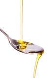 El aceite de oliva vertió en la cuchara Imagen de archivo libre de regalías