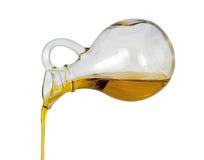 El aceite de oliva vierte Imágenes de archivo libres de regalías