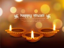 El aceite iluminado encendió las lámparas para la celebración feliz de Diwali