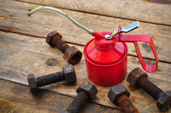 El aceite puede en fondo de madera, el aceite de lubricante puede y utilizado en industria o trabajos duros imagenes de archivo