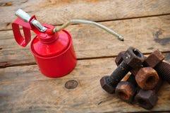 El aceite puede en fondo de madera, el aceite de lubricante puede y utilizado en industria o trabajos duros fotografía de archivo