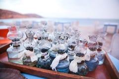 El aceite viejo que las lámparas de cristal con arreglos de DIY recolectaron en la tabla en Griego sea imágenes de archivo libres de regalías