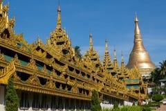 El acercamiento cubierto altamente adornado a la pagoda de Shwedagon - imagen de archivo