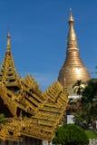 El acercamiento cubierto altamente adornado a la pagoda de Shwedagon imagen de archivo