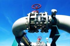 El acero industrial canaliza el cielo azul de las válvulas Imágenes de archivo libres de regalías
